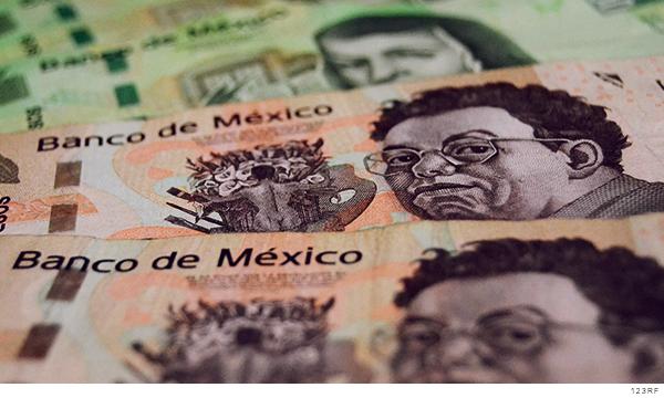 Billetes de diferentes denominaciones puestos en fila