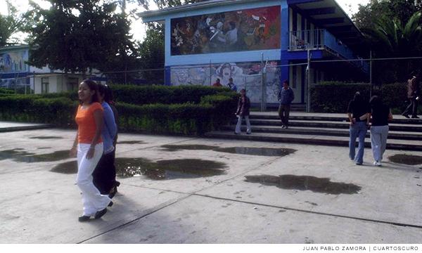 Imagen de estudiantes dentro de instalaciones escolares