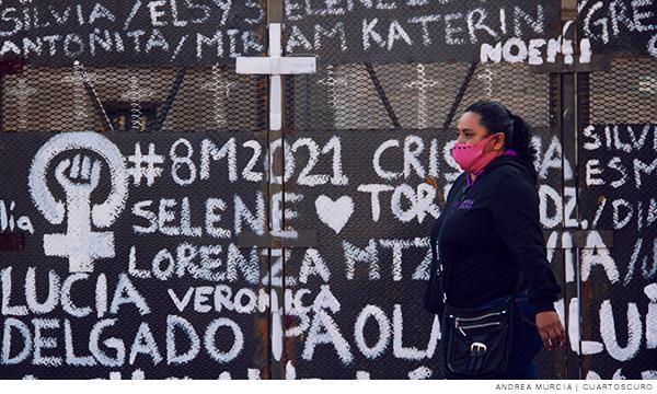 Valla con los nombres de las victimas de violencia de género en el país
